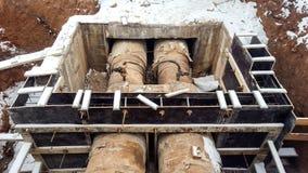 在水冬天修理加热系统的残破的老生锈的管子 库存图片