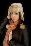 在戴冬天帽子的年轻模型的面孔的典雅的神色 免版税库存图片