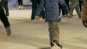 在滑冰场的人冰鞋 股票录像