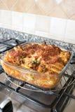 在滚刀的内容丰富的被烘烤的rigatoni 库存图片