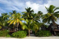 在玻利尼西亚热带海岛上的海滩平房 免版税库存图片