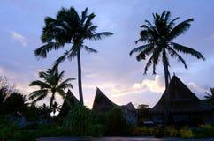 在玻利尼西亚热带海岛上的海滩平房 免版税库存照片