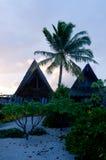 在玻利尼西亚热带海岛上的海滩平房 库存图片