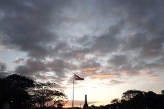 在黎刹公园,菲律宾旗子的日落场面 库存图片