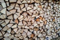 在仓前空地堆的被锯的木头裁减 木柴 栈木头 库存图片
