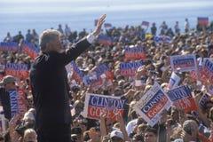 在1996年前总统比尔・克林顿挥动再见拥挤在一次圣塔巴巴拉市学院竞选集会,圣塔巴巴拉, Califo 免版税库存图片