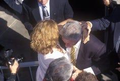 在1996年前总统比尔・克林顿遇见人群在一次圣塔巴巴拉市学院竞选集会,圣塔巴巴拉,加利福尼亚 库存照片