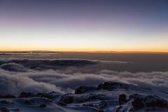 在更加多雨的天空状态日出华盛顿的mt kilimanjaro 免版税图库摄影