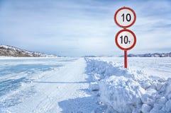 在贝加尔湖冰的交通标志 免版税库存照片