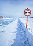 在贝加尔湖冰的交通标志 库存图片