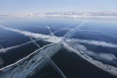 在贝加尔湖冰的镇压  冬天 库存图片