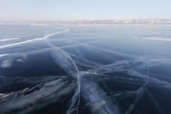 在贝加尔湖冰的镇压  冬天 库存照片