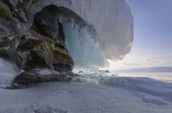 在贝加尔湖岩石的冻波浪  免版税库存图片
