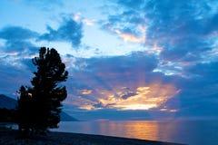 在贝加尔湖的五颜六色的日落 免版税库存图片