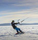 在贝加尔湖的冬天Snowkiting 免版税库存图片