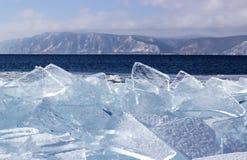 在贝加尔湖的冰漂泊 免版税库存图片