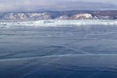 在贝加尔湖的冰漂泊 免版税库存照片