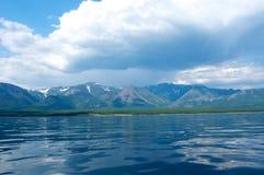 在贝加尔湖的山每晴天,蓝天 免版税库存照片