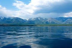 在贝加尔湖的山每晴天,蓝天 免版税图库摄影