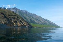 在贝加尔湖的山每晴天,蓝天 库存图片