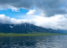 在贝加尔湖的山每晴天,蓝天 免版税库存图片