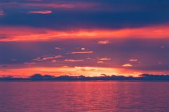 在贝加尔湖的日落在夏天 免版税图库摄影