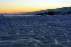 在贝加尔湖的日落 冻结通知 免版税库存照片