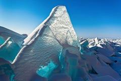 在贝加尔湖的蓝色冰 免版税图库摄影
