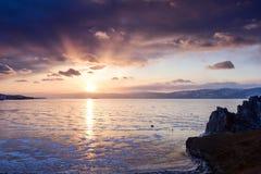在贝加尔湖的冻结的表面的上日落 库存照片