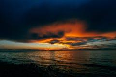 在贝加尔湖, olkhon海岛的火热的日落  库存照片