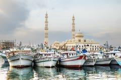 在洪加达,洪加达港的渔船日落的小游艇船坞 免版税库存照片