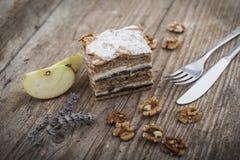 在移动夹心蛋糕的木拉的Prekmurska hibanica 免版税库存照片