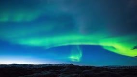 在移动深蓝色夜空的发光的明亮的霓虹绿色北极光极光borealis的平稳的4k时间间隔视图 影视素材