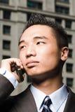 在移动电话的新生意人 免版税库存照片