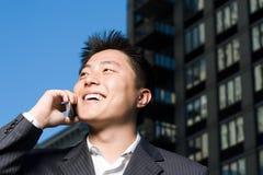 在移动电话的生意人 免版税库存图片