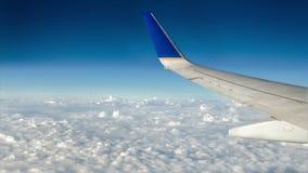 在移动的云彩的飞机 股票视频