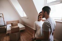 在移动的家期间的爱恋的夫妇 免版税库存照片