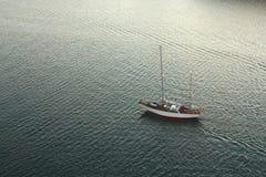 在移动的游艇 免版税库存照片