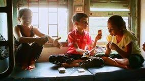 在移动的火车支架的印地安儿童游戏卡片笑 股票录像