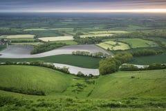 在滚动英国乡下风景的早晨在春天 免版税库存照片