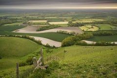 在滚动英国乡下风景的早晨在春天 免版税库存图片