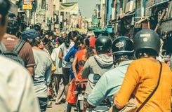 在移动通过拥挤印度城市繁忙的印地安街道的摩托车的许多司机  免版税库存图片
