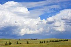 在滚动青山的美好的cloudscape 免版税库存照片