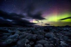 在冻北极海湾的北极光 免版税图库摄影
