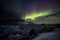 在冻北极海湾的北极光 库存图片