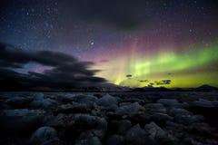 在冻北极海湾的北极光 免版税库存照片