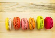 在黑匣子的五颜六色的macarons在木背景 Macaron或 库存照片