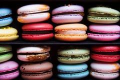 在黑匣子的鲜美不同的色的macarons 库存图片
