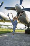 在直升机附近的年轻美好的女孩跳舞 免版税库存照片