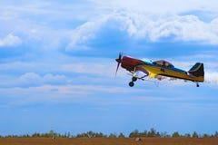 在柴卡机场的第三AirFestival 一架小体育飞机飞行在低空 免版税库存图片